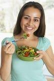 τρώγοντας τη σαλάτα κορι&tau Στοκ Εικόνα