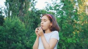 Τρώγοντας τη σοκολάτα με τις προσοχές ιδιαίτερες φιλμ μικρού μήκους