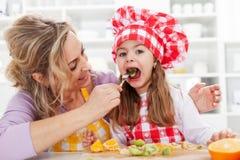 τρώγοντας τους νωπούς καρπούς υγιείς Στοκ φωτογραφίες με δικαίωμα ελεύθερης χρήσης