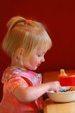 τρώγοντας το κορίτσι ελά&chi Στοκ φωτογραφία με δικαίωμα ελεύθερης χρήσης