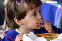 τρώγοντας το κορίτσι ελά&chi στοκ φωτογραφίες