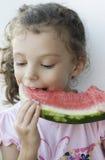 τρώγοντας το κορίτσι λίγ&omicr Στοκ εικόνα με δικαίωμα ελεύθερης χρήσης