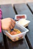 τρώγοντας το κορίτσι τηγανιτών πατατών ελάχιστα στοκ φωτογραφίες με δικαίωμα ελεύθερης χρήσης