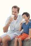 Τρώγοντας το παγωτό από κοινού Στοκ Φωτογραφία