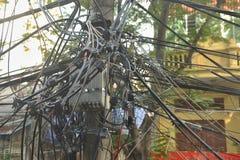 Τρώγλες με τα ακατάστατα ηλεκτρικά καλώδια Στοκ Εικόνα