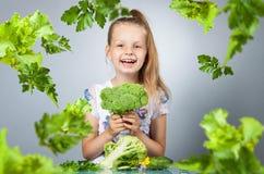 τρώει τα λαχανικά κοριτσιών Στοκ φωτογραφία με δικαίωμα ελεύθερης χρήσης