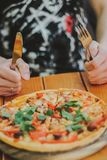 τρώει την πίτσα ατόμων στενή πίτσα επάνω στοκ φωτογραφία με δικαίωμα ελεύθερης χρήσης