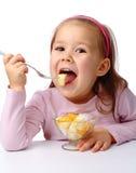 τρώει το κορίτσι καρπού λί&gam Στοκ Φωτογραφίες
