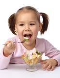 τρώει το κορίτσι καρπού λί&gam Στοκ εικόνα με δικαίωμα ελεύθερης χρήσης