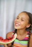 τρώει το φρέσκο κορίτσι watermellon Στοκ φωτογραφίες με δικαίωμα ελεύθερης χρήσης