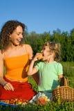τρώει picnic κοριτσιών καρπών τι&sigm Στοκ φωτογραφία με δικαίωμα ελεύθερης χρήσης