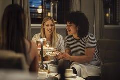 Τσάι απογεύματος γυναικών ` s στοκ φωτογραφίες με δικαίωμα ελεύθερης χρήσης
