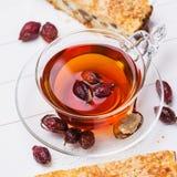 Τσάι από ένα dogrose με το κομμάτι του κέικ Στοκ εικόνες με δικαίωμα ελεύθερης χρήσης