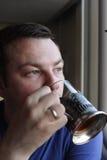 τσάι ατόμων ποτών Στοκ Φωτογραφίες