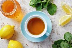 Τσάι βάλσαμου λεμονιών με το μέλι στοκ εικόνα