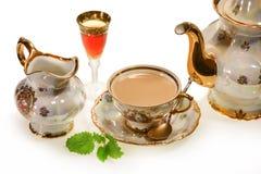 Τσάι γάλακτος στο παλαιό φλυτζάνι Στοκ Φωτογραφία