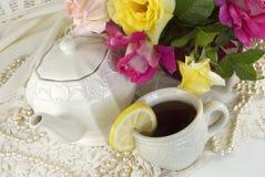 τσάι γυναικείων συμβαλ&lambda Στοκ εικόνα με δικαίωμα ελεύθερης χρήσης