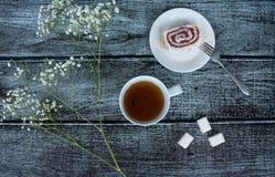 Τσάι, γλυκά και λουλούδια Στοκ φωτογραφία με δικαίωμα ελεύθερης χρήσης