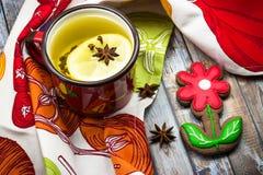 Τσάι λεμονιών με τα καρυκεύματα και το σπιτικό μπισκότο μελοψωμάτων Στοκ Εικόνα