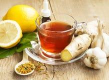Τσάι λεμονιών με την πιπερόριζα εναλλακτικός δίσκος biloba λουτρών μπαμπού ginkgo items medicine spa Στοκ Φωτογραφίες
