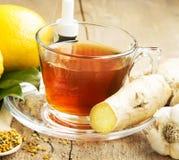 Τσάι λεμονιών με την πιπερόριζα εναλλακτικός δίσκος biloba λουτρών μπαμπού ginkgo items medicine spa Στοκ Φωτογραφία