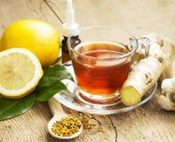 Τσάι λεμονιών με την πιπερόριζα εναλλακτικός δίσκος biloba λουτρών μπαμπού ginkgo items medicine spa Στοκ φωτογραφία με δικαίωμα ελεύθερης χρήσης