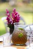 Τσάι λεμονιών στον πίνακα γευμάτων στο gardem στοκ εικόνες με δικαίωμα ελεύθερης χρήσης