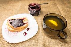 Τσάι και ένα σάντουιτς Στοκ Φωτογραφία