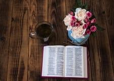 Τσάι και Βίβλος τριαντάφυλλων σε ξύλινο Στοκ φωτογραφία με δικαίωμα ελεύθερης χρήσης