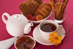 Τσάι και γλυκά στον πίνακα Στοκ Εικόνα