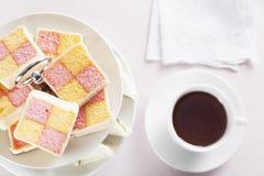 Τσάι και κέικ Battenberg Στοκ Φωτογραφίες