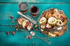 Τσάι και τουρκική απόλαυση στο ξύλινο υπόβαθρο Στοκ Εικόνες