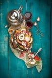 Τσάι και τουρκική απόλαυση στο ξύλινο υπόβαθρο Στοκ Φωτογραφία