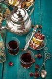 Τσάι και τουρκική απόλαυση στο ξύλινο υπόβαθρο Στοκ Φωτογραφίες