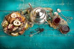 Τσάι και τουρκική απόλαυση στο ξύλινο υπόβαθρο Στοκ Εικόνα