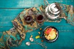 Τσάι και τουρκική απόλαυση στο ξύλινο υπόβαθρο Στοκ φωτογραφία με δικαίωμα ελεύθερης χρήσης