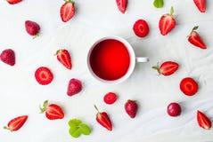 Τσάι και φρούτα φραουλών flatlay Στοκ εικόνες με δικαίωμα ελεύθερης χρήσης