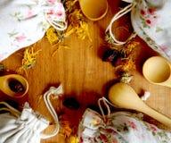Τσάι και χορτάρια στις τσάντες κορυφαία όψη Το υπόβαθρο για την κουζίνα στοκ φωτογραφία