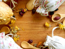 Τσάι και χορτάρια στις τσάντες κορυφαία όψη Το υπόβαθρο για την κουζίνα στοκ εικόνα