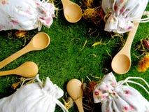 Τσάι και χορτάρια στις τσάντες κορυφαία όψη Το υπόβαθρο για την κουζίνα στοκ εικόνες με δικαίωμα ελεύθερης χρήσης