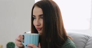 Τσάι κατανάλωσης γυναικών στο σπίτι απόθεμα βίντεο
