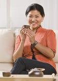 Τσάι κατανάλωσης γυναικών στοκ φωτογραφίες