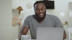 Τσάι κατανάλωσης μαύρων γέλιου στην ανοικτή κουζίνα Καθαρίζοντας πίνακας λευκών γυναικών φιλμ μικρού μήκους