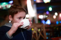 Τσάι κατανάλωσης παιδιών Στοκ Εικόνα