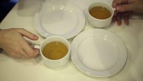 Τσάι κατανάλωσης ανδρών και γυναικών στον καφέ φιλμ μικρού μήκους