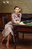 Τσάι κατανάλωσης γυναικών καρφιτσών επάνω όμορφο νέο στο εκλεκτής ποιότητας εσωτερικό στοκ φωτογραφία