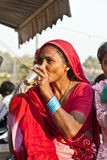 Τσάι κατανάλωσης γυναικών στο Meena bazaar στο Δελχί Στοκ Φωτογραφία