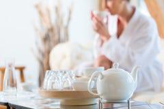Τσάι κατανάλωσης γυναικών wellness spa Στοκ εικόνα με δικαίωμα ελεύθερης χρήσης