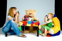Τσάι κατανάλωσης μητέρων και γιων στοκ εικόνες