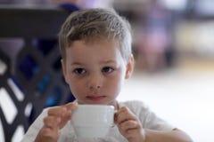 Τσάι κατανάλωσης παιδιών Στοκ φωτογραφία με δικαίωμα ελεύθερης χρήσης